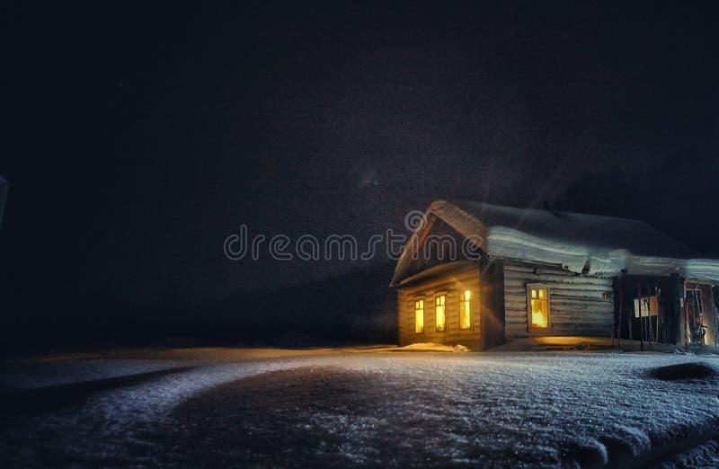 Hunter& x27; s huis in taiga stock afbeelding