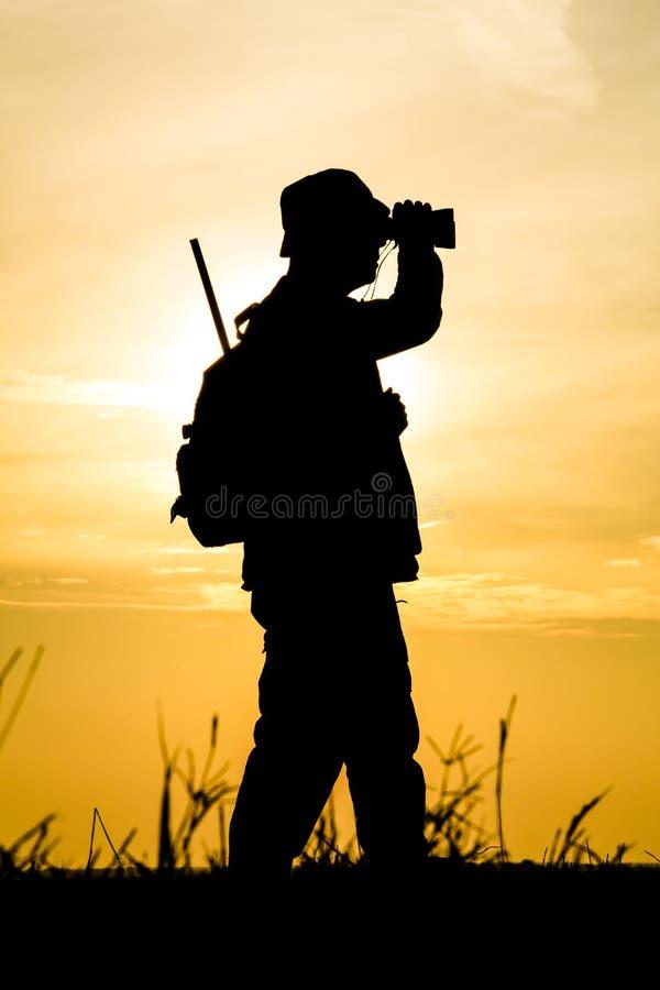 Hunter With Shotgun im Sonnenuntergang stockbilder