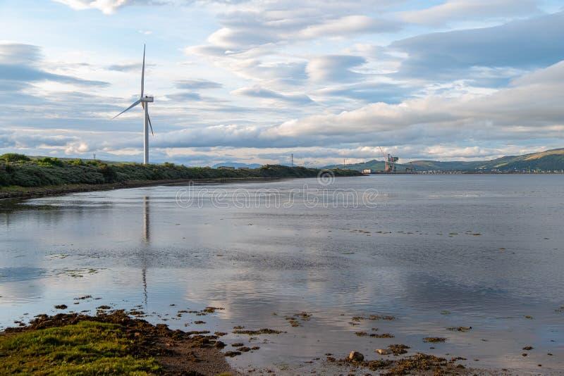 Hunterston to Wind Turbine και the Ayrshire Shore Beyond στη Σκωτία στοκ εικόνα με δικαίωμα ελεύθερης χρήσης