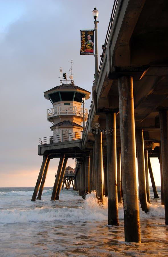 HUNTINGTON BEACH, CALIFORNIË VERENIGDE STATEN - 26 JANUARI, 2015: De pijler van het Huntingtonstrand bij zonsondergang royalty-vrije stock foto