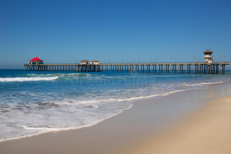 Huntington Beach Pier Surf City USA med livräddaretornet arkivfoto