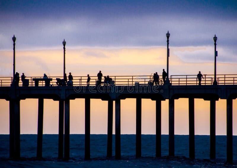 Huntington Beachpir på skymning mot en solnedgång royaltyfria foton