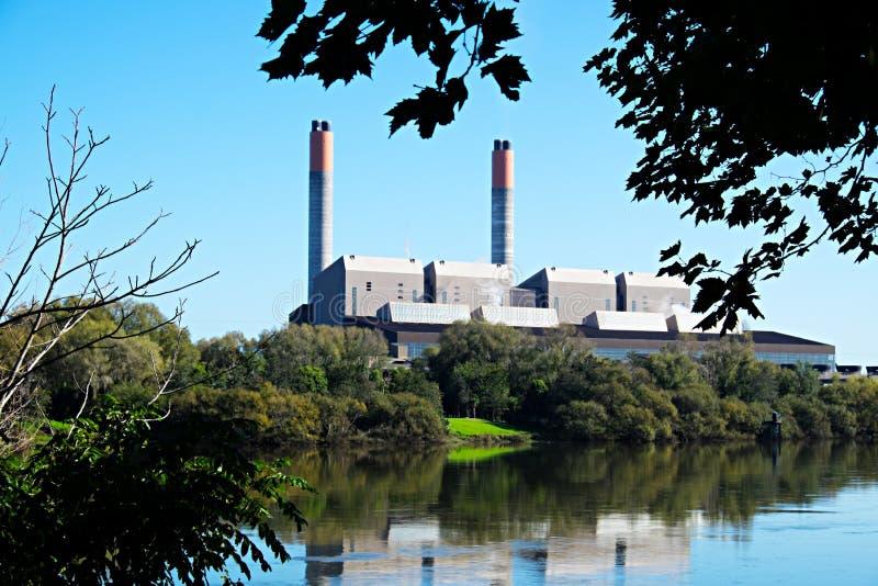 Huntly-Gas und Kohle abgefeuertes Kraftwerk auf dem Waikato-Fluss Neuseeland NZ lizenzfreie stockfotografie