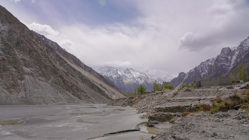 hunza的美丽的绿松石Attabad湖北巴基斯坦 免版税库存图片