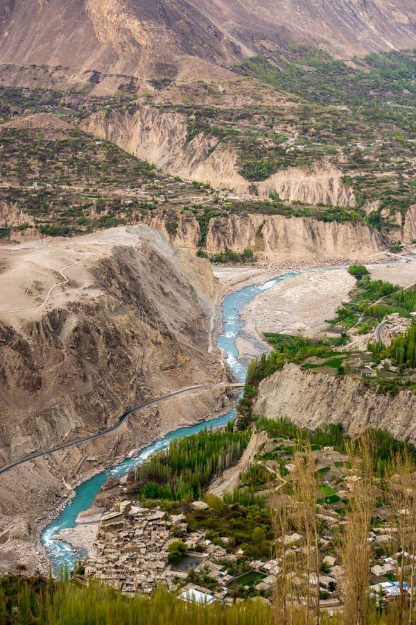Hunza-Fluss grüne Farbe des Türkises, der durch das Hunza-vall läuft stockfotografie