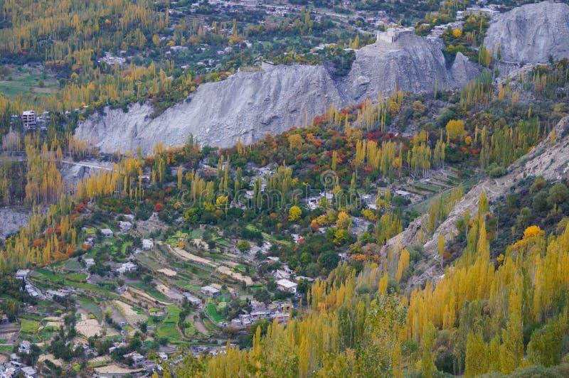 Hunza-Tal im bunten Herbst, Nord-Pakistan stockfotografie