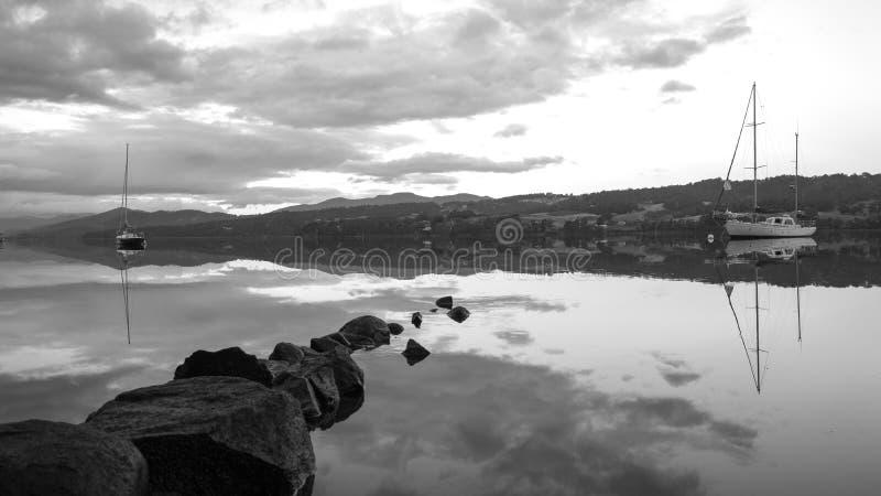 Huon River Tasmania Black And vitt landskap arkivbilder