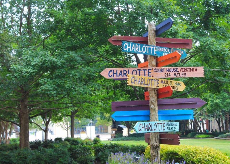 Hur långt till Charlotte? royaltyfria bilder