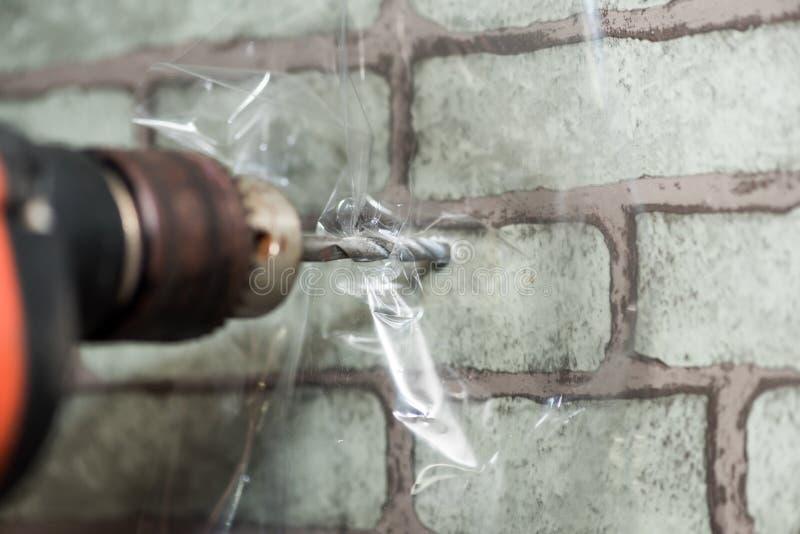 Hur man borrar väggen, genom att skydda som är dammigt i rummet royaltyfria bilder