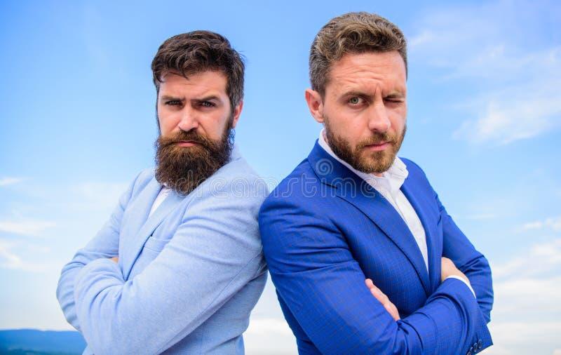 Hur man bygger förtroende med din affärspartner Advokatbyrå Det säkra tecknet bör du lita på affärspartnern Formella män royaltyfri bild