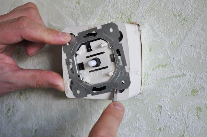 Hur man byter ut en ljus strömbrytare med en ljusdämpare royaltyfria bilder
