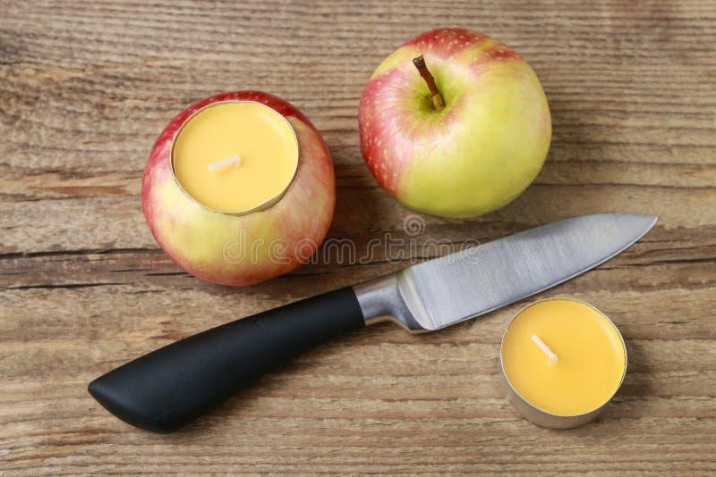 Hur man gör äpplestearinljushållaren - stegvis arkivfoto