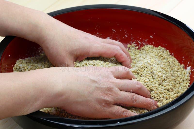 Hur man gör miso: Japanska traditionella jäste foods arkivfoto