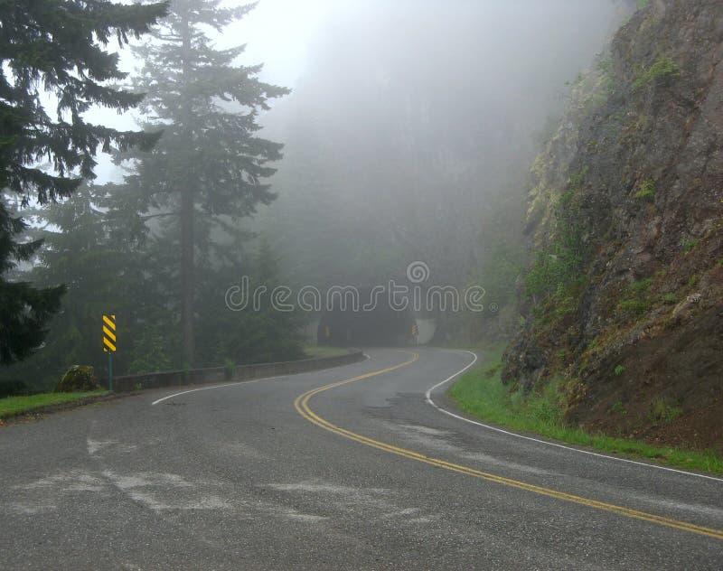 Huraganowa grani droga w mgle zdjęcia stock