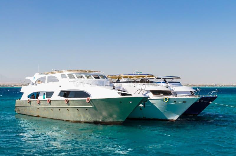 Hurgada Egipt, Styczeń, - 21, 2017: Trzy jachtu w Czerwonym morzu obraz stock