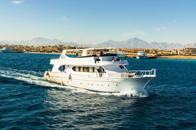 Hurgada Egypten - Januari 21, 2017: yacht i Röda havet royaltyfri foto