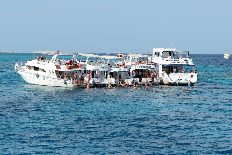 在红海的潜航的游人和马达游艇 图库摄影