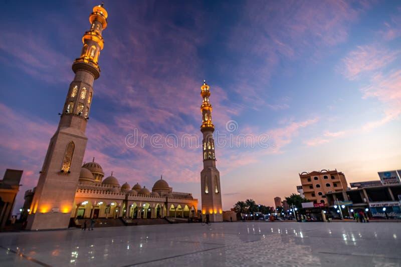 09/11/2018 Hurghada, Египет, новая снег-белая мина Al мечети на выделенном побережье Красного Моря на сумраке и стоковые изображения rf