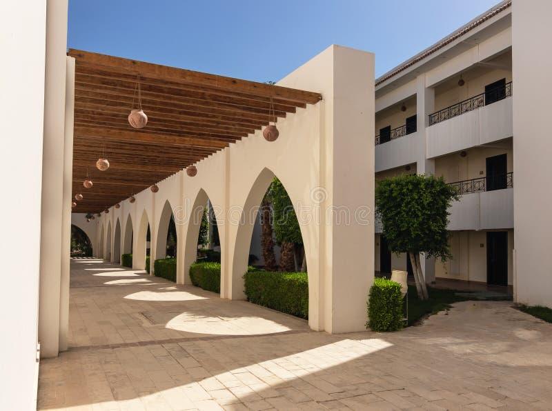 Hurghada, baía de Makadi, Egito, o 12 de junho de 2018 fachada do hotel, arcos e sombras geométricas imagem de stock royalty free