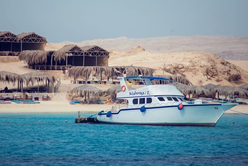Hurghada, Egipt, 3 12 2018, Mahmya wyspa w czerwonym morzu, turkus woda, niebieskie niebo, łodzie i turyści w raju, Wakacje i obraz royalty free