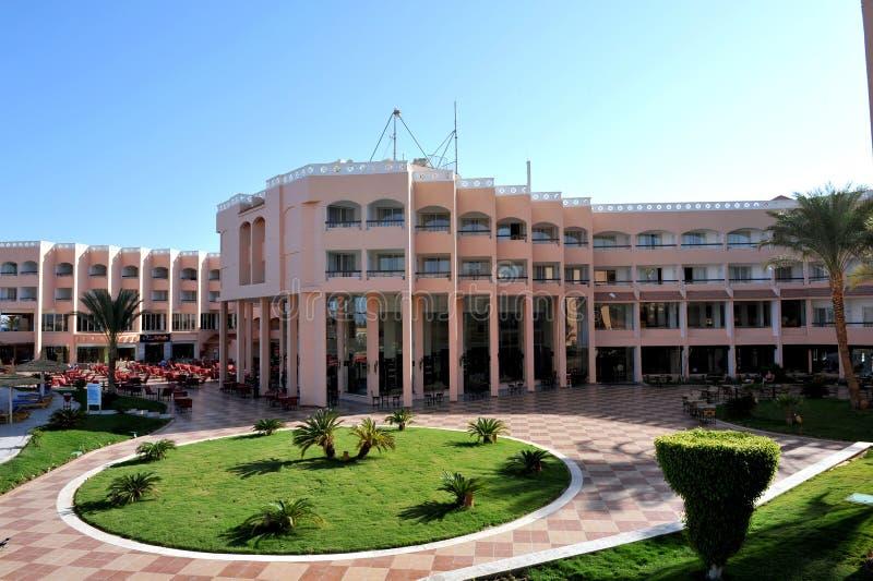 HURGHADA, EGIPTO - 14 DE OCTUBRE DE 2013: Hotel turístico de lujo tropical en la playa del Mar Rojo Hurghada, Egipto fotografía de archivo libre de regalías