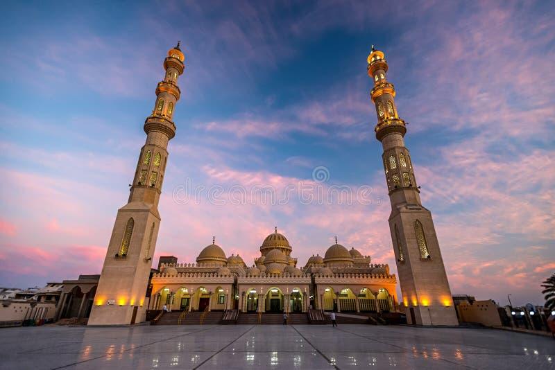 09/11/2018 Hurghada, Egipto, nueva mezquita blanca como la nieve Al Mina en la costa de Mar Rojo en la oscuridad y destacada imagen de archivo libre de regalías