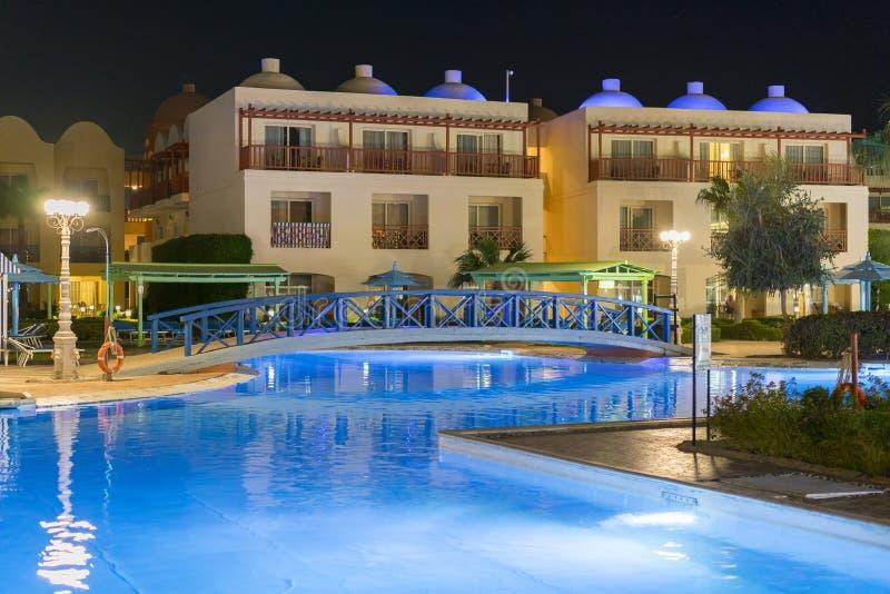 Hurghada, Egypte 19 novembre 2018 lieu de vill?giature luxueux avec la piscine ? la vue de nuit paysage ext?rieur d'h?tel avec la photographie stock libre de droits