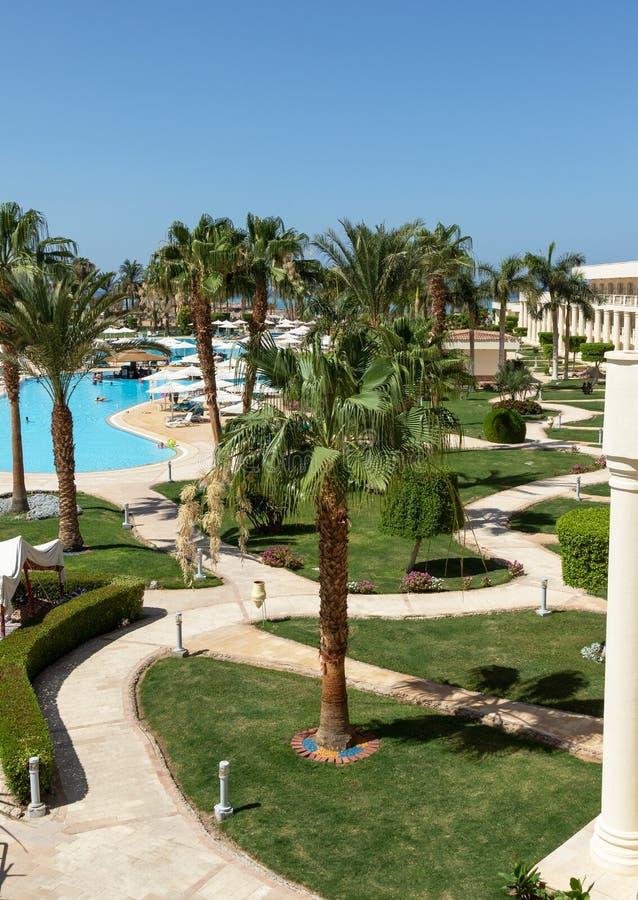 Hurghada Makadi fjärd, Egypten, Juni 12, 2018, bästa sikt av den slingriga vägen i hotellet royaltyfri bild