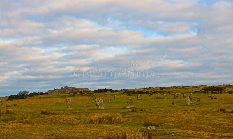 Hurlers tenant des pierres au lever de soleil images stock