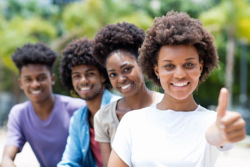 Hurra den karibiska kvinnan med afro hår arkivbild