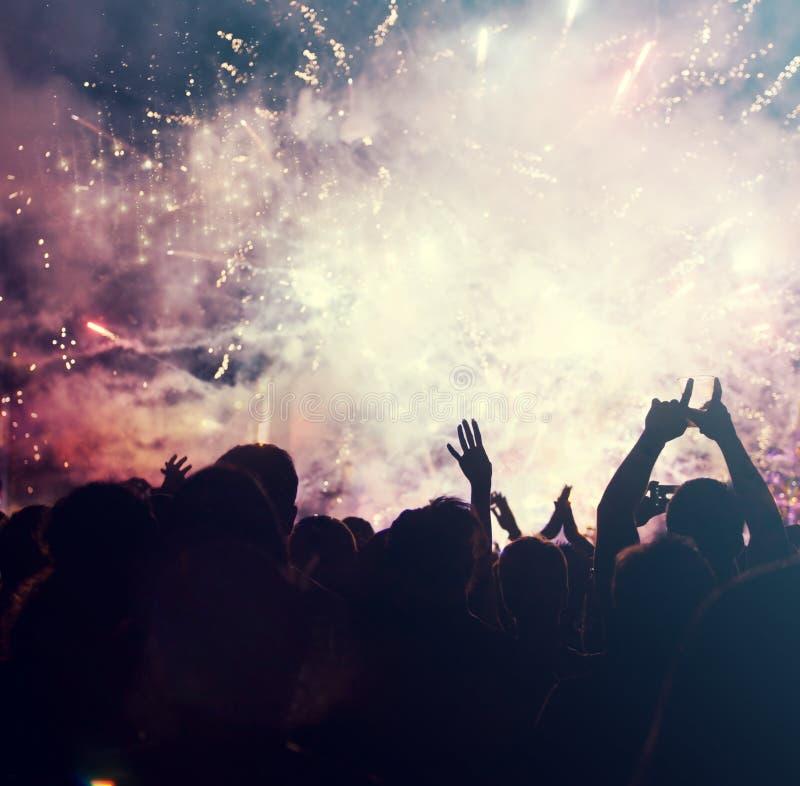 Hurra folkmassan och fyrverkerier - begrepp för nytt år fotografering för bildbyråer