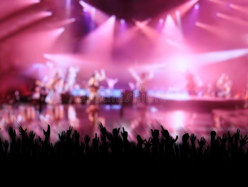Hurra folkmassan på konserten royaltyfria bilder