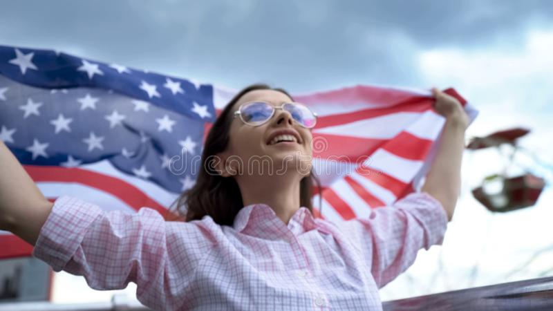 Hurra och vinkande amerikanska flaggan för USA fan på stadion, stöttande landslag royaltyfria foton