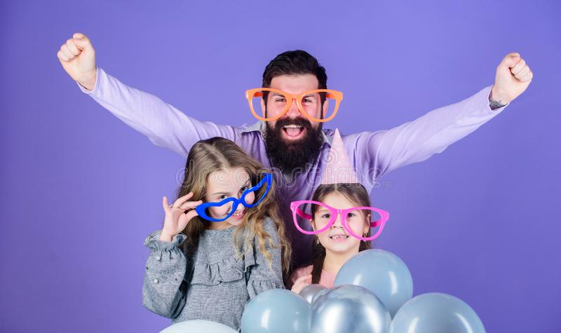 hurray Familia feliz que celebra la fiesta de cumpleaños Partido de la familia Familia de padre y de hijas que llevan gafas del p fotografía de archivo