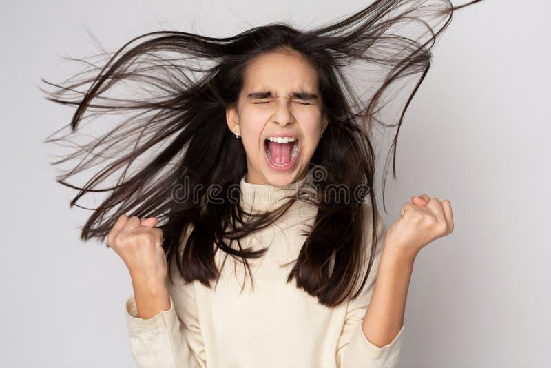 Hurray! Frohes Mädchen, das über Grey Background zujubelt stockfotografie