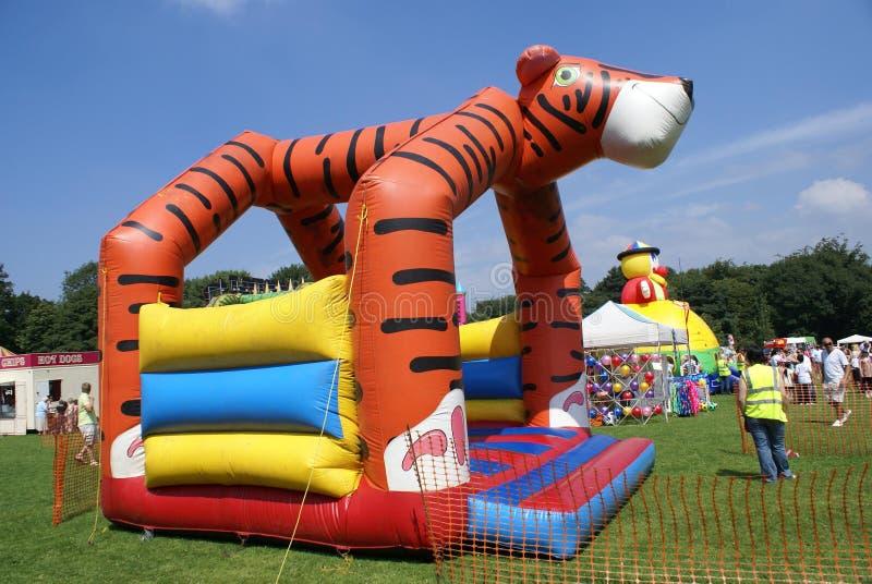 Hurtfrisk slott för barn i en stor fest, en karneval, en festival eller en mässa arkivbilder