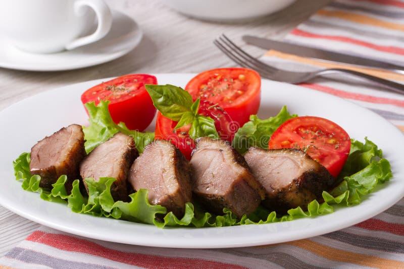 Hurtig lunch: stekt andkött med horisontalgrönsaker royaltyfria foton