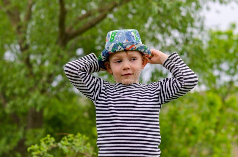 Hurtig macho pys i en färgrik moderiktig hatt royaltyfria bilder