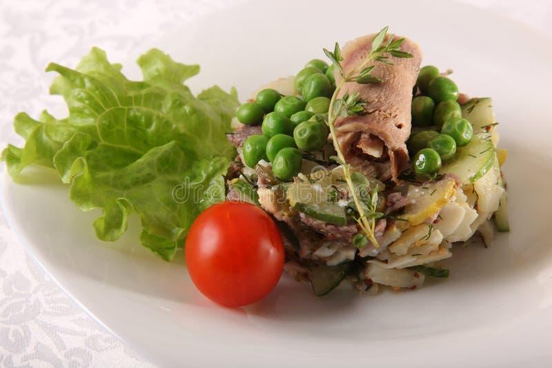 hurtig potatissallad med kött arkivfoto