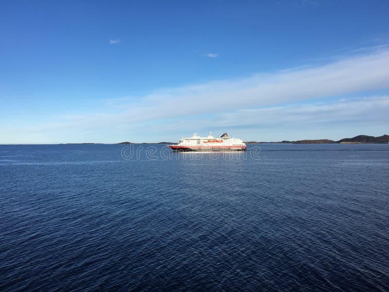 Hurtigruten (noruego Coastal expreso) en Noruega septentrional imagen de archivo libre de regalías