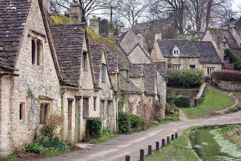 Hus av Arlington ror i den Cotswold byn av Bibury, Engla arkivbilder