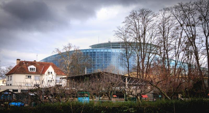 Hus av boningar bak Europaparlamentet i Strasbourg royaltyfri bild