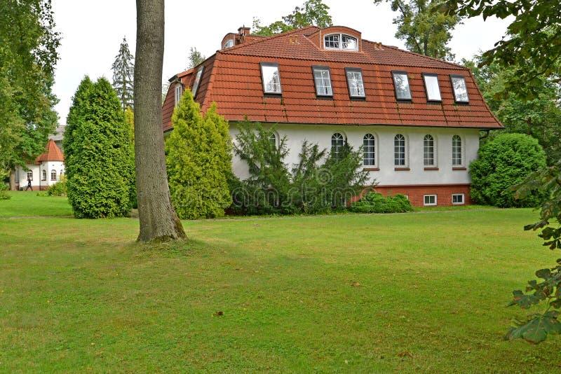 Hus av den tyska konstruktionen i sommardag Kaliningrad royaltyfri bild