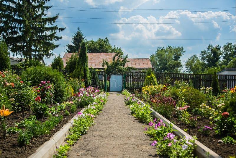 Hus av en blommaträdgård royaltyfri foto