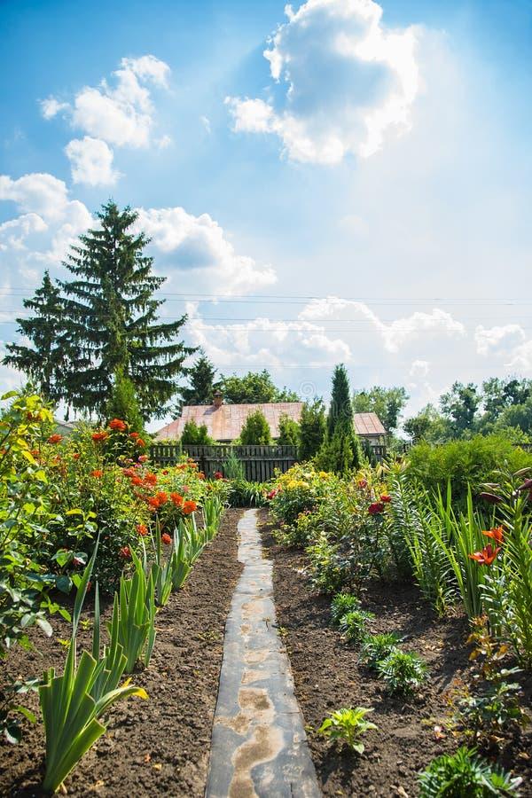 Hus av en blommaträdgård royaltyfri fotografi