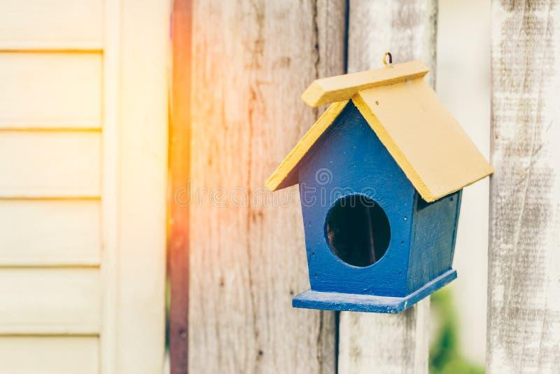 Hus av fågeln på trädgården royaltyfri bild