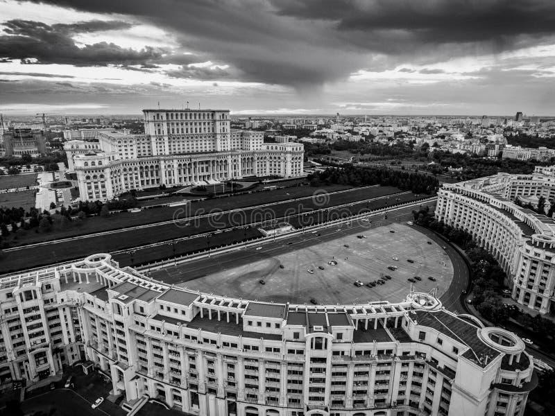 Hus av parlamentBucharest Rumänien den svartvita versionen royaltyfri fotografi