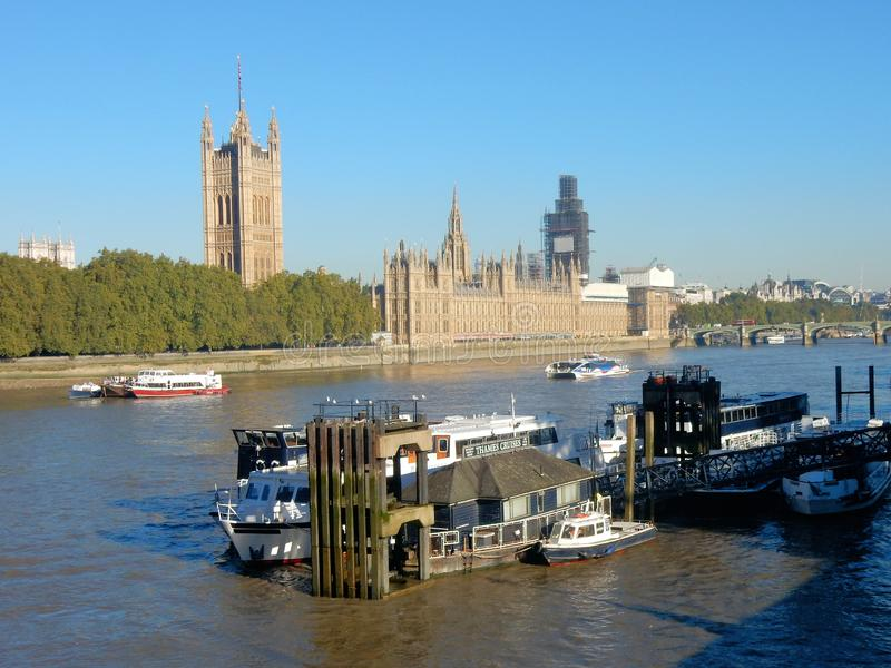 Hus av parlamentet eller slott av Westminster på flodThemsen, London, Förenade kungariket royaltyfri foto