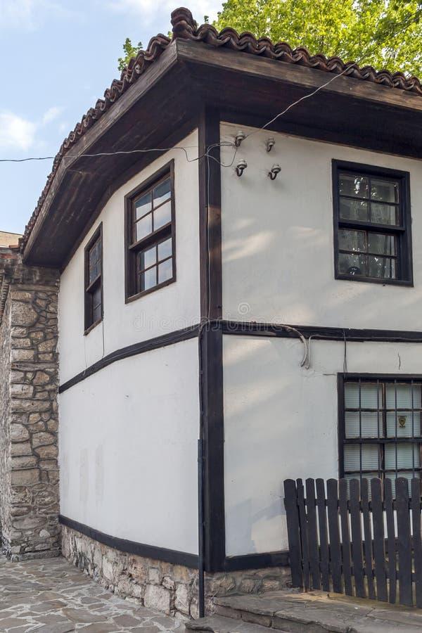 Hus av ?rhundradet f?r th 19 p? den gamla staden p? mitten av staden av Dobrich, Bulgarien arkivfoton