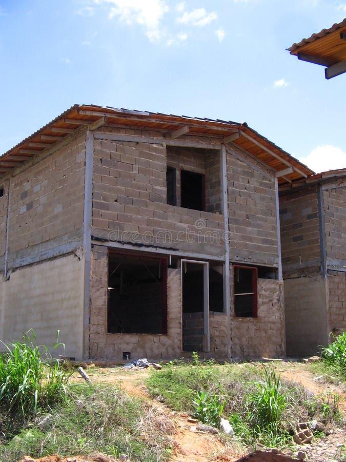 Hus av två nivåer i process av konstruktion fotografering för bildbyråer